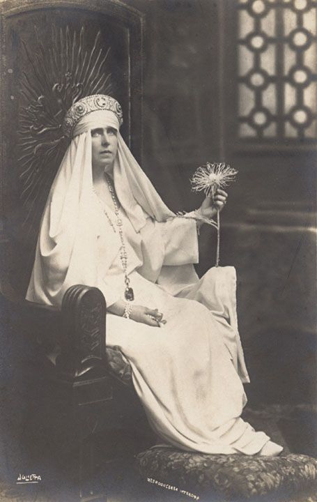 Queen Marie of Romania wearing her incredible saphir. In 1921, King Ferdinand of Romania purchased this excquisite stone from Cartier as a gift for his wife, Queen Marie. The 478-carat cut sapphire - one of the world's largest - is mounted in a diamond setting with floral motifs.