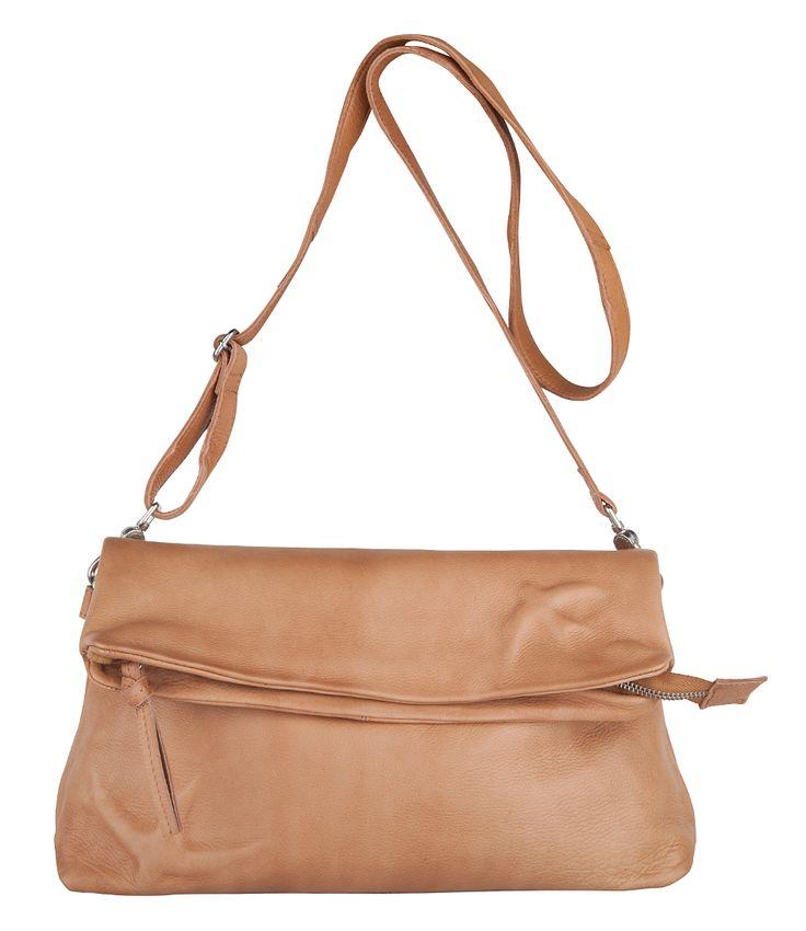 De+Bag+Shoebill+van+Cowboysbag+is+een+prachtige+tas+uit+de+zwaluwencollectie.+De+lederen+tas+heeft+een+flap+aan+de+voorzijde+welke+sluit+met+een+rits.+De+voorzijde+en+de+flap+zijn+beide+voorzien+van+een+zwaluw.+De+binnenkant+heeft+tevens+een+ritsvak+voor+kleinere+spullen.+Bij+de+tas+wordt+een+langer+hengsel+geleverd+maar+de+Cowboysbag+tas+kan+ook+met+gemak+als+clutch+worden+gebruikt.+Een+casual+chique+en+toch+trendy+tas+van+Cowboysbag!