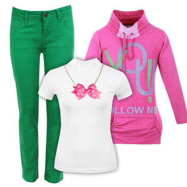 Обычная белая блузка не всегда выглядит официально. Мы дополнили ее яркими джинсами-скинни и толстовкой цвета фуксии. Теперь ее можно носить не только в школу, но и на прогулку и даже вечеринку. По желанию наряд можно украсить подвеской-бантиком