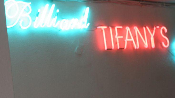 Καφέ – Η/Υ – Μπιλιάρδο Το Tifany's Billiard Club βρίσκεται στο κέντρο της πόλης, πίσω από την κλινική Ιπποκράτης. Απο το 1983 αποτελεί στέκι των οπαδών του μπιλιάρδου και όχι μόνο! Διαθέτει και υπολογιστές, otenet και nova προβάλλοντας αθλητικούς αγώνες και ό,τι τραβάει η ορεξή σας. Οι τιμές του καταστήματος είναι πάρα πολύ προσιτές και […]
