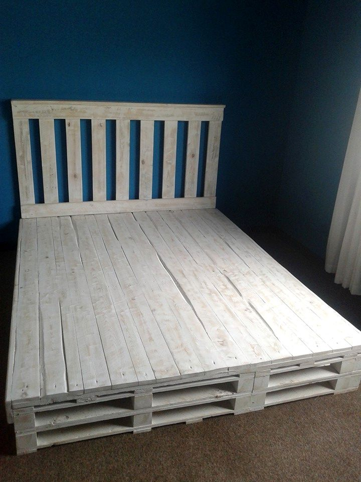 17 best ideas about pallet bed frames on pinterest diy for Pallet bed frame with side tables