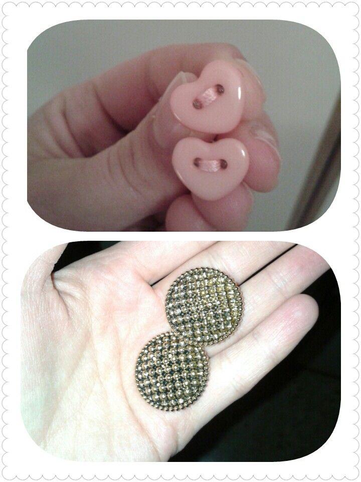 Orecchini a cuore con impuntura nei due fori e orecchini bottone oro