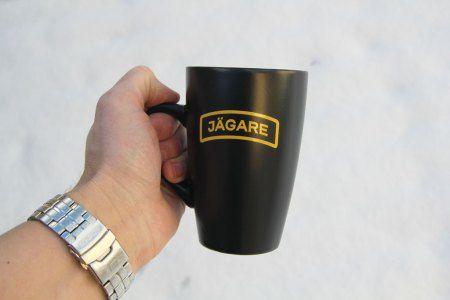 Black coffee mug with bright yellow JÄGARE print