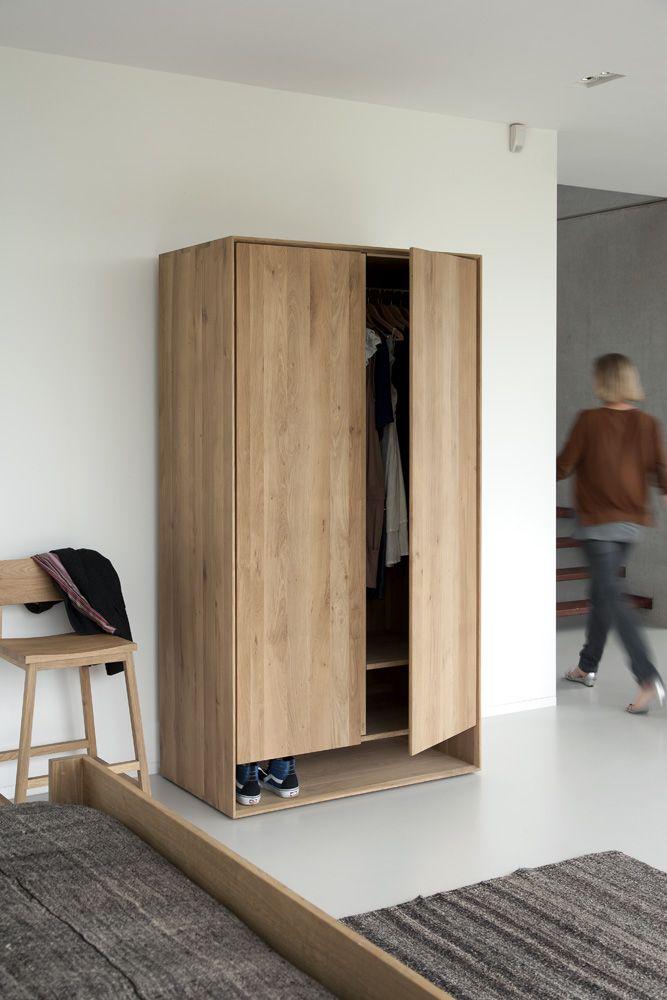 Serien Nordic från Ethnicraft är en kombination av raffinerad design och nordisk enkelhet. De fasade kanterna ger möblerna i serien extra karaktär. Garderoben är tillverkad helt i massiv ek.