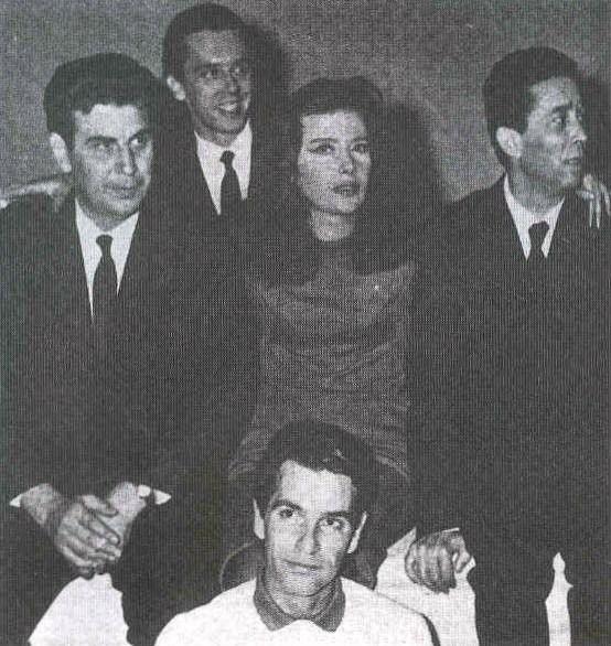 """Μίκης Θεοδωράκης, Βασίλης Φωτόπουλος, Τζένη Καρέζη, Ιάκωβος Καμπανέλλης και Νίκος Κούρκουλος στην πρεμιέρα της """"Γειτονιάς των Αγγέλων"""", το 1964 στο θέατρο """"Κοτοπούλη""""."""