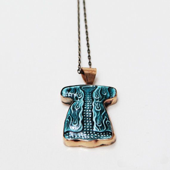 This handmade tile pendant is set in a bronze pendant tray.     Made in Iznik, Turkey  Size : (approx.) 3,5cm X 3cm Color: Turquoise Chain size : 70 cm (27 inches)