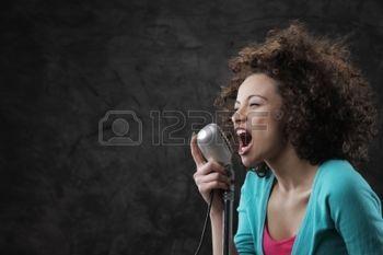zangeres%3A+Jonge+zangeres+met+bruin+krullend+haar+een+lied+zingen