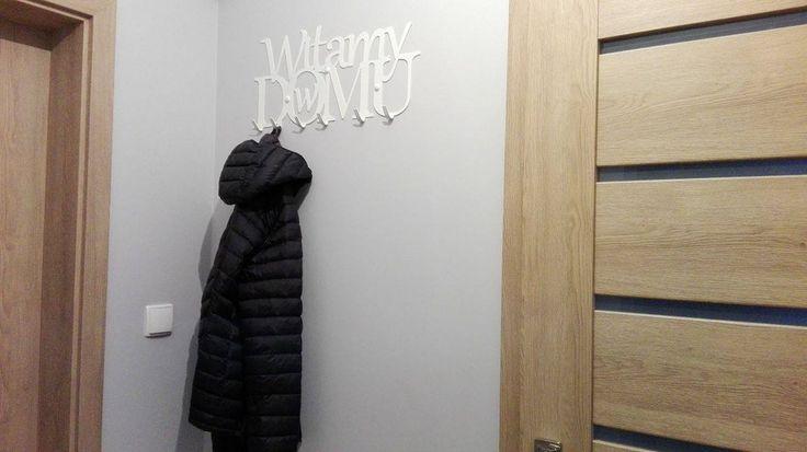 """Wieszak na ubrania """"Witamy w domu"""" #wieszak #ubrania #witamy #dom #home #pomysł #prezent #ozdoba #dekoracja #design #przedpokój #ściana #biały"""
