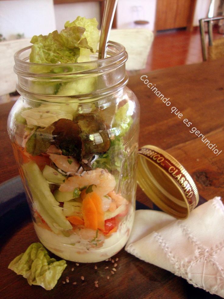 Ensalada de vegetales y camarones  1. Sazona camarones con limón y cilantro picado  2. Corta pepinos, zanahorias y tomates en tirias  3. Troza con la mano lechuga escarola, previamente lavada y desinfectada  4. Prepara mayonesa casera con limón    Puedes reusar un frasco para llevar tu ensalada a donde quieras: pon abajo la mayonesa, agrega camarones, zanahoria, pepinos, tomates y lechuga; encima esparce ajonjolí y listo!!!