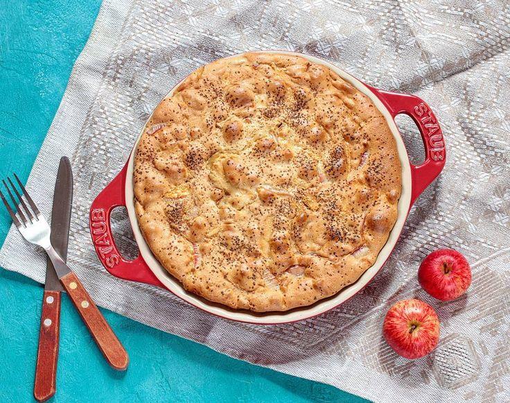 #шарлотка! любимый осенний яблочный #пирог который появляется практически на любом столе в эту пору.  #рецепт 1стакан (330мл) сахара взбить с 5 яйцами добавить 1 стакан муки и чайную ложку разрыхлителя перемешать. в форму смазанную маслом выложить нарезанные #яблоки и залить тестом. лимонная цедра корица - по вкусу. #onmytable #apples #pie #люблюготовить #applepie #autumn #dessert #tasty #foodie #foodphoto #homemade #cooking #накухне #выпечка #пятница #friday #onmykitchen #rustic