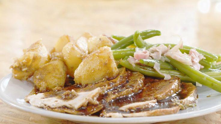 Varkensgebraad met mosterd, groene bonen en gebakken aardappelen