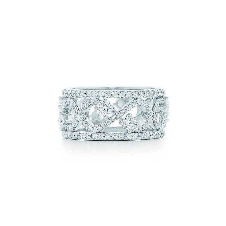 Anello a fascia con volute Tiffany Enchant, platino con diamanti; altezza 9 mm. | Tiffany & Co.