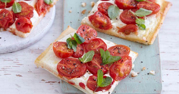 Auch wenn es Pizza in allen Varianten tiefgekühlt zu kaufen gibt - den Teig nach eigenem Geschmack selbst belegen macht Spaß und sorgt für mehr Ab ...
