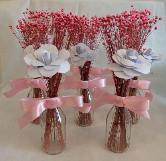 Lindos arranjos de mesa. Vasinho com flor de papel e sempre viva. Ótima opção para decoração de casamentos, batizados, aniversários e outras comemorações. Altura de 25 a 30 cm.