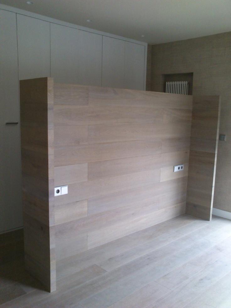 Estructura metalica forrada de madera, se transforma en cabecero de cama.