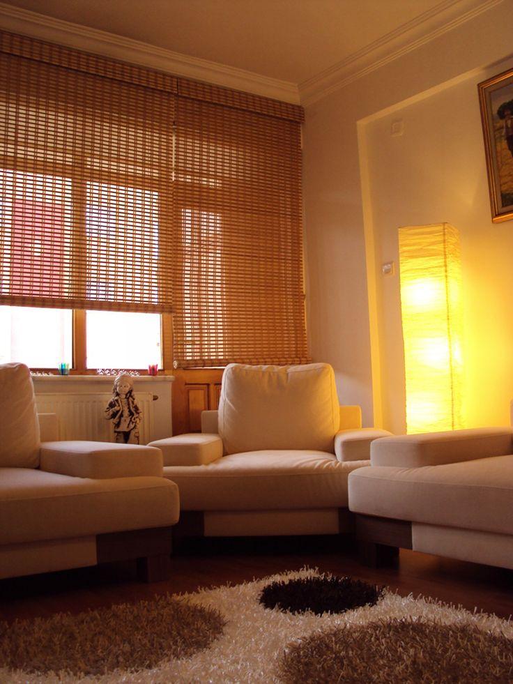 Ramin ağacı ve bambu bitkisinden ahşap stor perdeler birbirinden farklı renk ve desen seçenekleri ile modern yaşam alanlarında dekoratif amaçlı kullanılabilirler. Güneş ışığını kesebilen ahşap stor perdeler tamamen kapalı olduğunda tül görevi görür. Doğal bir malzeme olduğundan hava değişimleri ahşap perdeleri etkilemez. http://www.perdeshop.com/perde/ahsap-stor-perde