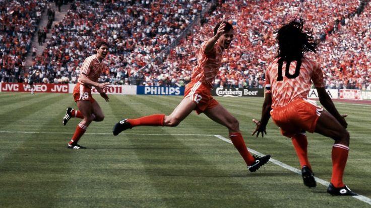 Het Nederlands elftal wint in de finale van het Europees Kampioenschap met 2-0 van de Sovjet-Unie, met geweldige goals van Gullit en Van Basten!