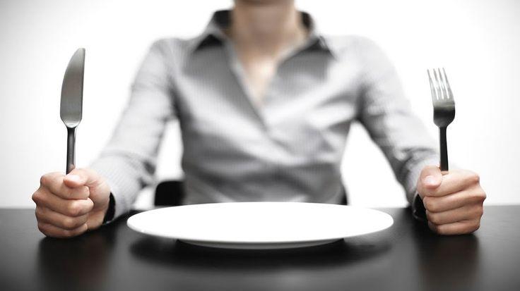 Чувство голода является одним из сильнейших проявлений у человека. Ощущение голода связано всего лишь с 2 причинами: пустой желудок и низкий уровень сахара в крови. Во всех остальных случаях можно говорить не о голоде, а о той или иной привычке в еде: привычке питаться по часам, привычке заедать стресс, привычке к сладкому и т.д. Это ощущения не имеют ничего общего с настоящим чувством голода. Как избавиться от чувства голода 1. Чувство пустоты в желудке можно довольно быстро устранить…