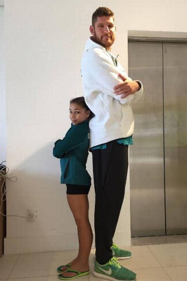 """""""Gigantes"""" do Time Brasil posam ao lado da ginasta Flavia Saraiva em fotos divertidas"""