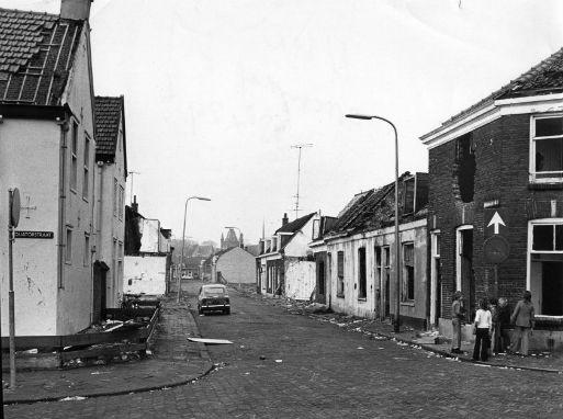 De Krommerijnstraat in de Sterrenwijk te Utrecht. De foto is gemaakt vanaf de kruising met de Equatorstraat op 13 februari 1975.