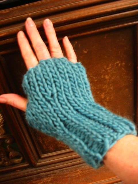 Loom Knit Fingerless Gloves Pattern : 1000+ images about Loom Knit / Wristlets & Mittens on Pinterest Loom kn...