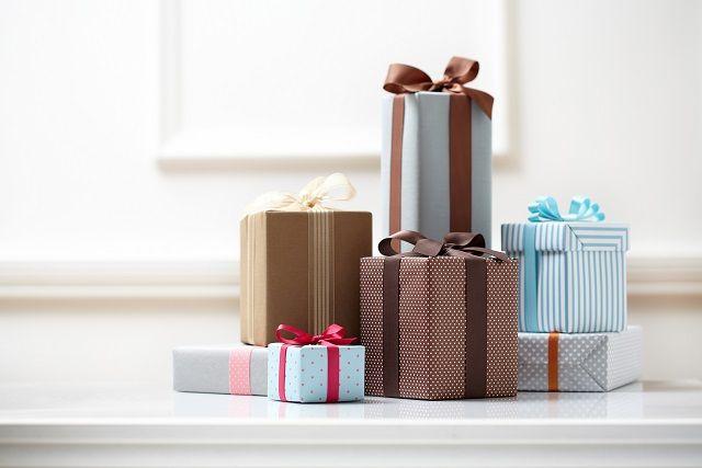 結婚式に参加したゲストには、「おめでたいこと」のお裾分け、参加へのお礼の贈り物として引き菓子や引き出物を用意します。最近はカタログギフトが人気ですが、迷ってしまうのは相場や親族とそのほかゲストとの贈り分けではないでしょうか?