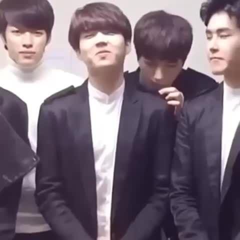 myungsoo likes smells of woohyun's shoulder lol  #infinite #woohyun #Myungsoo #WooSoo