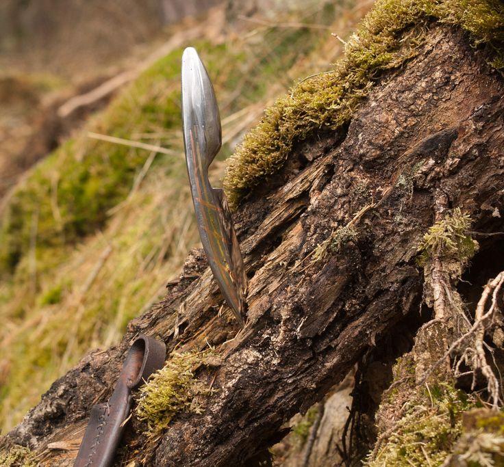 Křížák s mosazí Každý správný muž má vlastnit nůž a což potom když je ten nůž jako elegantní funkční doplněk. Nůž je po obou stranach čepele taušírovaný mědí, plus jedna strana má mosaznou linku . Čepel nože je vykována z pérové oceli kalené do oleje. Držadlo jest vykováno a vybroušeno z takzvaného černého železa. Celková délka nože je 21 cm z ...