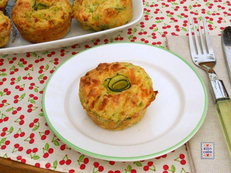 Muffin di zucchine e formaggio, una facile ricetta per dei muffin salati, che possono essere un antipasto oppure un secondo piatto.