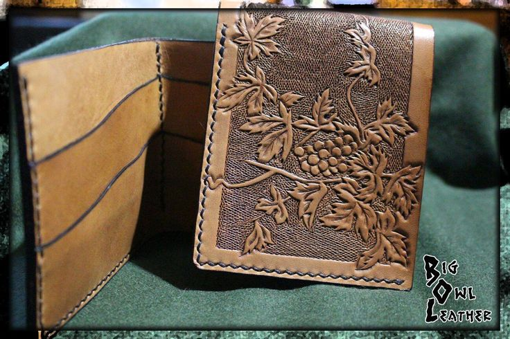 """Portafoglio maschile """"viticultore"""" in cuoio a concia vegetale da 2 mm con incisioni ed invecchiamento con patine e cere / Men's wallet """"winemaker"""" in vegetable tanned leather 2mm with engravings and aging with patinas and waxes"""