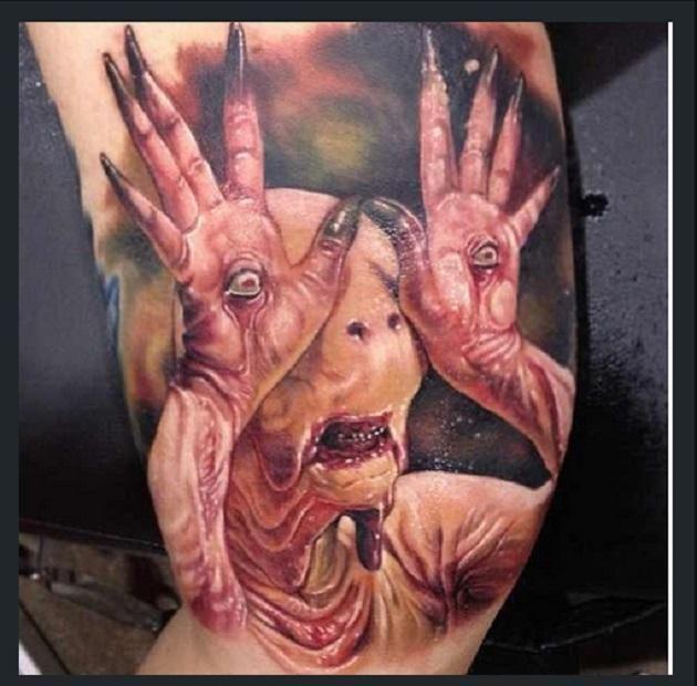 Vous vous souvenez du film Labyrinth de Pan? Déjà cette créature n'était pas des plus jolie, mais se la faire tatouer? Chacun ses goûts. (Crédit : Instagram/@paulackertattoo)
