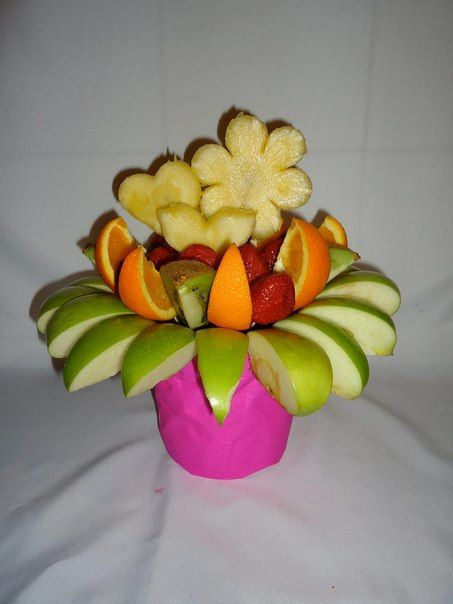 FIESTA FRUTAL. Deliciosas fresas al natural, trozos de manzana verde, trozos de naranja y kiwi en medio de una decoración de piña fresca. $69.000