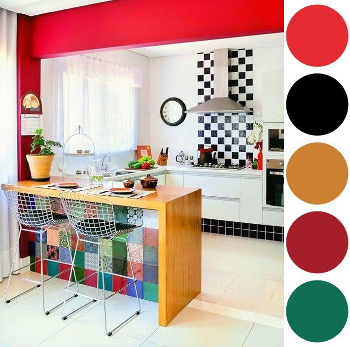 Apesar do vermelho ser a cor mais pedida em cozinhas, neste exemplo foi utilizado de outra forma, dividindo os ambientes da cozinha americana para a sala. O preto e branco combinam super bem e não tem como errar, mas pra quem quiser ousar um pouco mais, os azulejos hidráulicos são uma ótima pedida e dá o colorido final!
