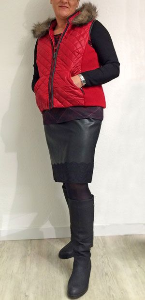 Nochmal schottisch - Rot und schwarz - die tolle Farbkombination auch bei BETTY BARCLAY. Aufwendig gearbeitete Steppweste zum Lederimitat Rock mit Spitzenborte. Darunter das Karoshirt von GERRY WEBER.