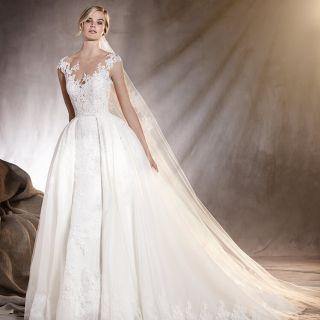 In stile impero, a sirena, minimal chic o da vera principessa: sono tante le proposte degli abiti da sposa Pronovias 2017 tra cui scegliere il più adatto.