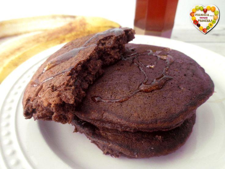 Deliziosi pancakes cioccolato e banana, leggeri e facilissimi da realizzare in pochi minuti. Ottima fonte di proteine e preparati senza zucchero, senza lievito e senza glutine!