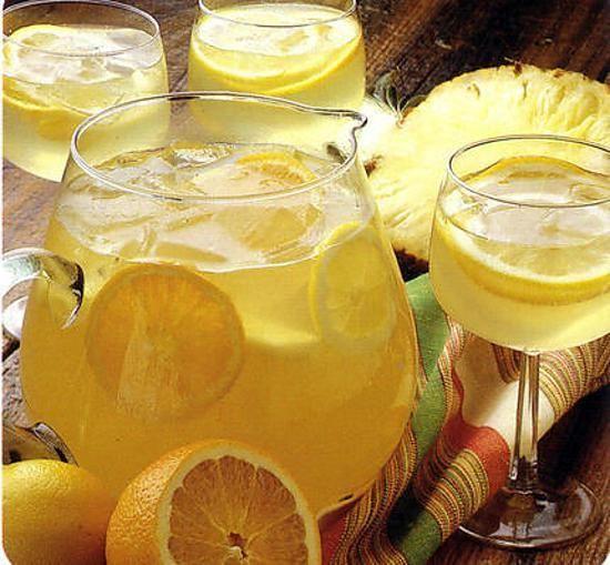 La meilleure recette de Sangria au vin blanc! L'essayer, c'est l'adopter! 4.0/5 (7 votes), 6 Commentaires. Ingrédients: pour 4 à 6 verres Ingrédients ; 60 cl de vin blanc sec 25 cl de jus d'ananas 5 cl de cognac 1 cuill à soupe de sucre en poudre 1/4 d'ananas frais 1/2 orange 1 citron 20 cl de limonade