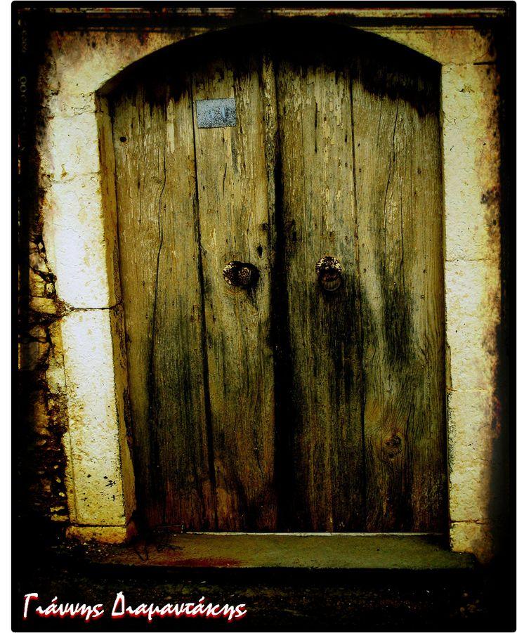 Πόρτα κλειδαμπαρωμένη...στην φθορά παραδομένη...