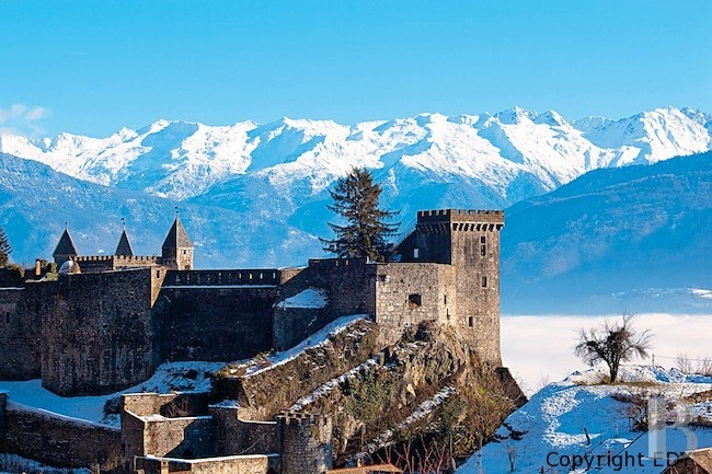 Between Chambery and Albertville, an impressive listed castle-fortress of medieval origin.  The motorway can be accessed 4 km away, Chambery is 30 km away , Grenoble is 60 km away, Geneva & Lyon are 75 minutes away (international airports). It is an hour away from Italy and 60 km from major Tarentaise ski resorts (Courchevel, Meribel, etc.).  The dominant section of the fortress  provides an impressive panoramic view from Mont-Blanc to the Vercors mountains.