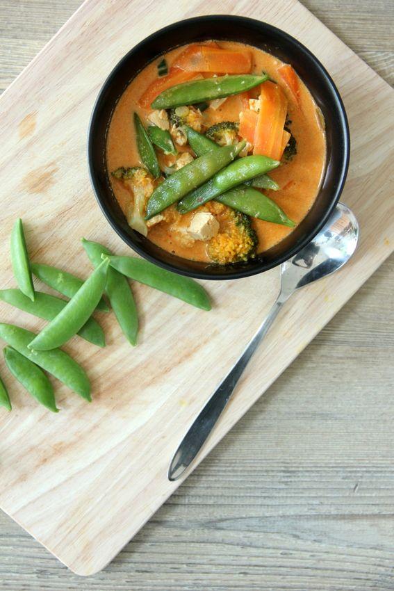 Cremig, knackig bis weich und voller Geschmack von der Curry Paste dem Ingwer und der Kokosmilch ist diese schnelle Suppe genau richtig um jede anfangende Erkältung zu bekämpfen (oder einfach nur die Kälte und Nässe von draußen. Die Farbe hilft...