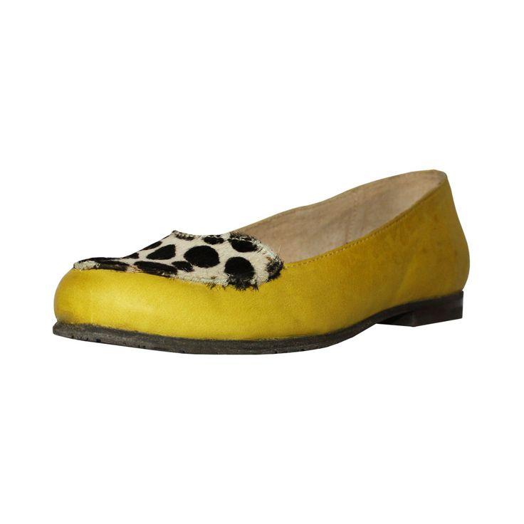 Zapato de mujer balerina, de color amarillo con piel estampada de dalmata.