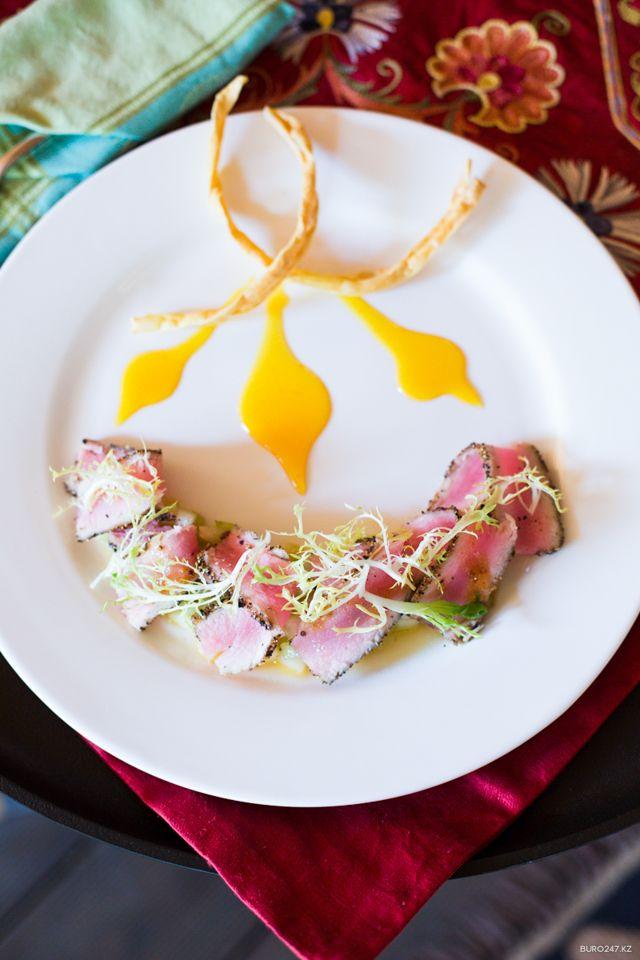 """Рецепт недели: Острый тунец с тартаром из дыни и сельдерея от этнокафе """"У Апа Тани"""""""