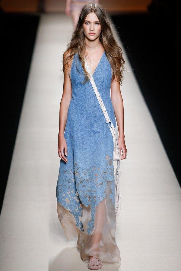 Этой весной дизайнеры предлагают нам облачиться полностью в деним. Комбинезоны, платья, рубашки, юбки из джинсовой ткани – главные тренды сезона весна-лето 2015.  #denim   #trends2015   #revistarusa   #moda   #русскийжурнал   #мода   #тенденции
