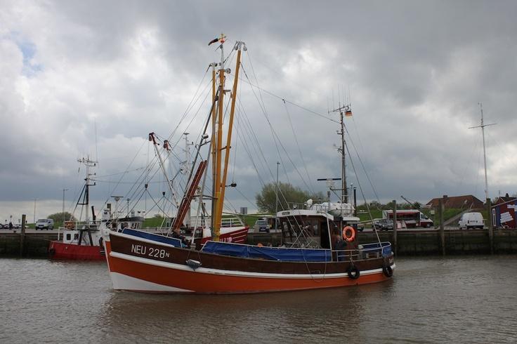 Am #Hafen #Neuharlingersiel läuft ein #Kutter aus. #WattWiki