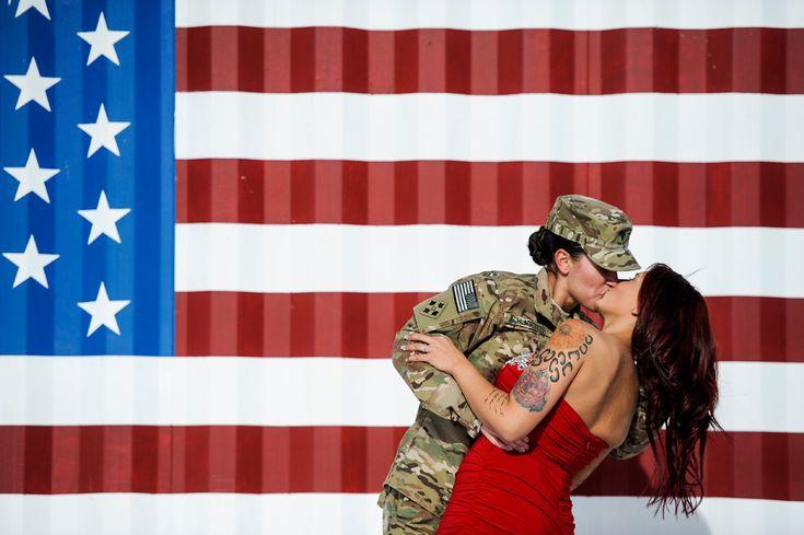 La soldado Sabryna Schlagetter besa a su mujer Cheyenne Schlagetter, tras regresar a casa en Fort Carson, Colorado. Sabryna ha estado nueve meses destinada en Afganistán.