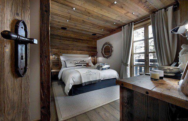 chambre adulte de style chalet avec lambris en bois