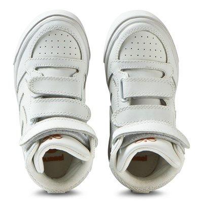 Stadil Mix Jr Sneakers White fra det populære danske merket Hummel er stilige retrosko som din lille tøffing vil elske å ha på seg. – Polstrede krager
