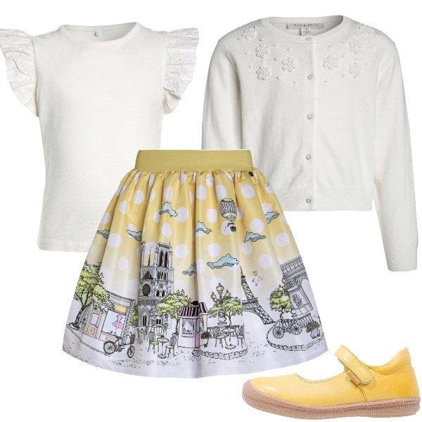 Questo outfit è composto da una gonna a ruota con stampa che raffigura i principali monumenti della splendida Parigi, cardigan bianco con applicazioni nella parte superiore, t-shirt bianca con maniche in pizzo San Gallo e ballerine gialle.