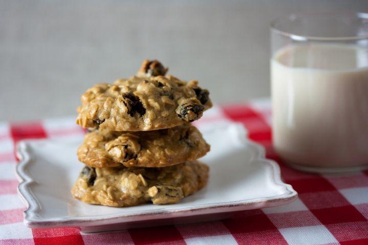 Las ricas galletas de avena con pasas, acompañadas de un vaso de leche.