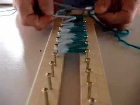 ▶ Loom Knitting Two color side on a double rake/Bufanda de dos colores - YouTube